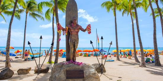 duke statue in waikiki beach honolulu hawaii
